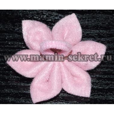 Заколка с цветком из фетра в технике канзаши