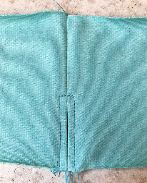 обработка выреза отверстия для резинки на поясе
